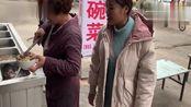 农村小媳妇外出办事!10元一碗大锅菜,配盘辣椒夹馍吃真得劲!