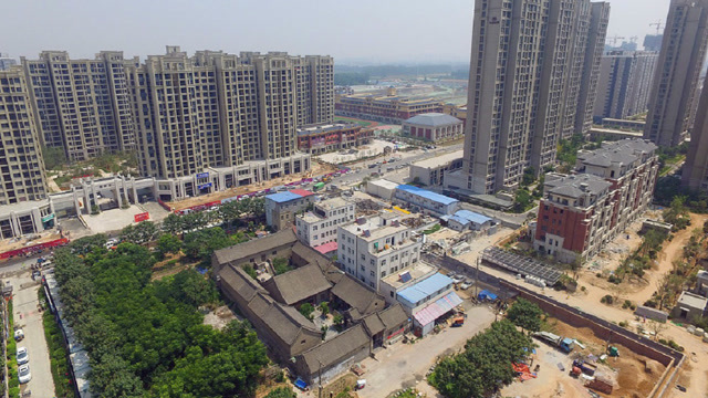 郑州200多年古宅,被高楼围成孤岛,房主:别说一亿,给10亿也不卖