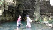 小莫和美女探险山洞,看看里面都有什么?