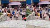 四川宜宾一女城管不文明执法被停职 回应:摊贩先骂了3分钟