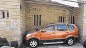 停车是门艺术, 民间高手把车停得太逆天, 能停进去能开出来吗?