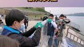 4月22日,10000尾不同年龄梯队子二代中华鲟在宜昌市放归长江