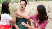 中国小伙娶了两个缅甸老婆,他正在享受当地特色服务,我羡慕了!