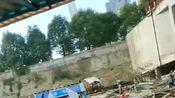 【现场视频】今天下午贵州省贵阳市观山湖区一工地发生坍塌,有人员被困。