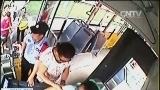 [视频]司机身体突感不适 乘客合力救助