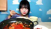 据说,最早制作方便面的,是中国扬州一位姓伊的知府家中的厨子。