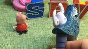 妈妈让佩奇学英文,结果蝎子精要抓佩奇,字母变成了机器人救他!