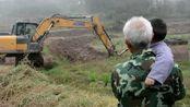 两岁外孙想吃兔子,外公赶紧调来一辆挖掘机,结果还真挖出个兔子