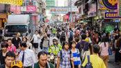 大陆游客去香港游玩,为何感觉香港人并不热情?当地人给出解释!