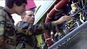 空中精英:航空技术人员维护一个复杂的设备,给年轻孩子技术教育