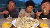 韩国农村家庭一顿饭,大妈做中国美食,胖儿子吃的根本停不下来