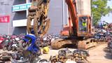 【湖北】现场震撼!实拍咸宁用挖掘机集中销毁1000多辆报废摩托车