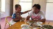 东北人的幽默天生的?2岁孩子饭桌学领导讲话,姑姑一旁笑喷了