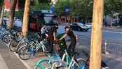 河南省郑州市建业凯旋广场保安强行将停车线内的电动车挪移至非机动车道上,理由竟是这里不让停电动车