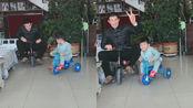 嘎子哥和儿子骑儿童车在家也不无聊,对镜比V父子模样如复制黏贴