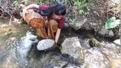 越南女孩太野蛮了,饿了直接在森林做起了饭吃,也不怕虫子