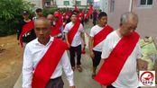 福建龙岩农村传统民俗,家族子孙身披红布去祠堂拜祖先,很隆重