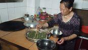 东哥摘来的野草,岳母做成饺子一样的美食,你知道普通话叫什么吗