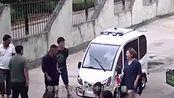 """6旬大爷喜提""""代步车"""",结果""""乐极生悲"""",开车冲进人群扭伤腰!"""