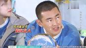 同样是东北人,朱亚文抱着冰球玩上了,王艺霖却被冻得发抖!搞笑