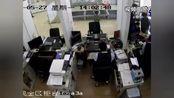 银行柜台办理业务遗落6万元,竟被人拿去还债。