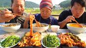 韩国农村家庭一顿饭,做香辣肉汤吃,还有泡菜,吃得真满足