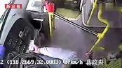 安徽一公交司机驾驶时玩手机 双手离开方向盘很淡定