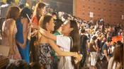 大学毕业晚会结束,万人大合唱《当》抱作一团不愿散场,致敬青春