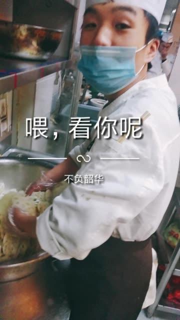 菜名:姜汁藕做法:水果藕切片烫熟、过冷水控干水用料:姜末、盐、味粉、白糖、白醋香油。小伙子还没有女朋友,有没有喜欢的。美食