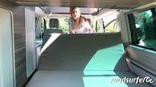 外国姑娘演示t6房车后排变双人大床