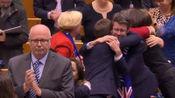 欧洲议会通过英国脱欧协议 议员牵手合唱《友谊地久天长》