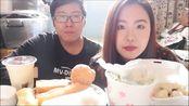 上海情侣吃播 ! 两个胖子的早餐总是那么实在 ! 小笼.麻球.油条.饭团.蛋饼.牛肉粉丝汤.豆浆