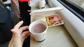 试吃火车上的快餐,15块钱吃完后才发现还不如5块钱的泡面