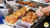 上海大叔街边卖小吃,一份15元还送一个猪排,老人排队10几米来买