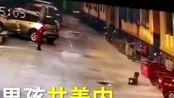 8岁男孩往井盖内扔炮被炸飞,井盖飞起3米高