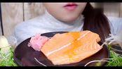 听说这个小姐姐超会吃,这是在三文鱼上蘸了什么呀