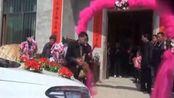 江西吉安万安农村结婚风俗:婚车前杀鸡!