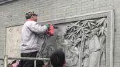 已经安装好的砖头墙壁,工人直接在上面雕刻,雕刻出来非常美!