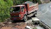 这驾照绝对是自考的,拉着货还能走这样的路,一定是货车老司机!