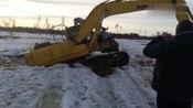 挖掘机深陷冰河无法自拔,真替司机捏把汗,太辛苦了