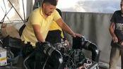 大叔正在修理机器,不知道主人是怎么弄的,这个机器里面居然有这么多水!
