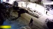 美女雪夜有事外出,忽然一声巨响,监控拍下揪心的画面