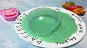泡芙用洗衣液和牙膏制作橡皮胶,可以吹出好多泡泡,解压又好玩哦。