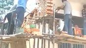 咱也不敢问咱也不敢说,村长家盖房子要升高五米,农民工们只能照办了!