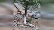 【陕西】实拍安康瀛湖干道发生滑塌 皮卡车险被山石砸扁
