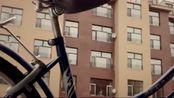 小伙偷了一辆自行车,上小姨子家蹭饭,不料小姨子看到车后气坏了