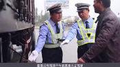 72岁老人开车被交警拦下检查,拿出这本驾驶证,交警立马放行!