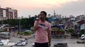 广东省湛江市南三镇小伙子楼顶演唱《我应该》吸引路人围观