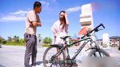 美女偷小伙自行车 没想小伙还主动帮忙 这是为什么