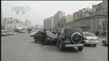 [视频]辽宁大连:司机开车捡手机 轿车飞下高坡路